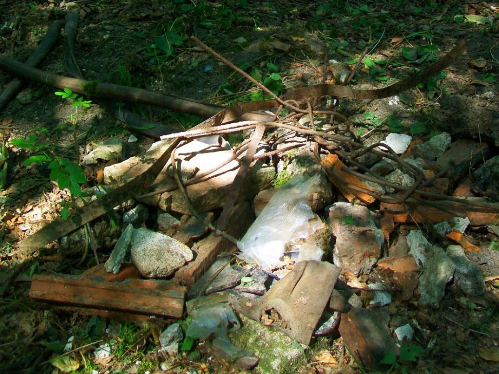 śmieci pozostawione po sprzątaniu przy żółtym szlaku
