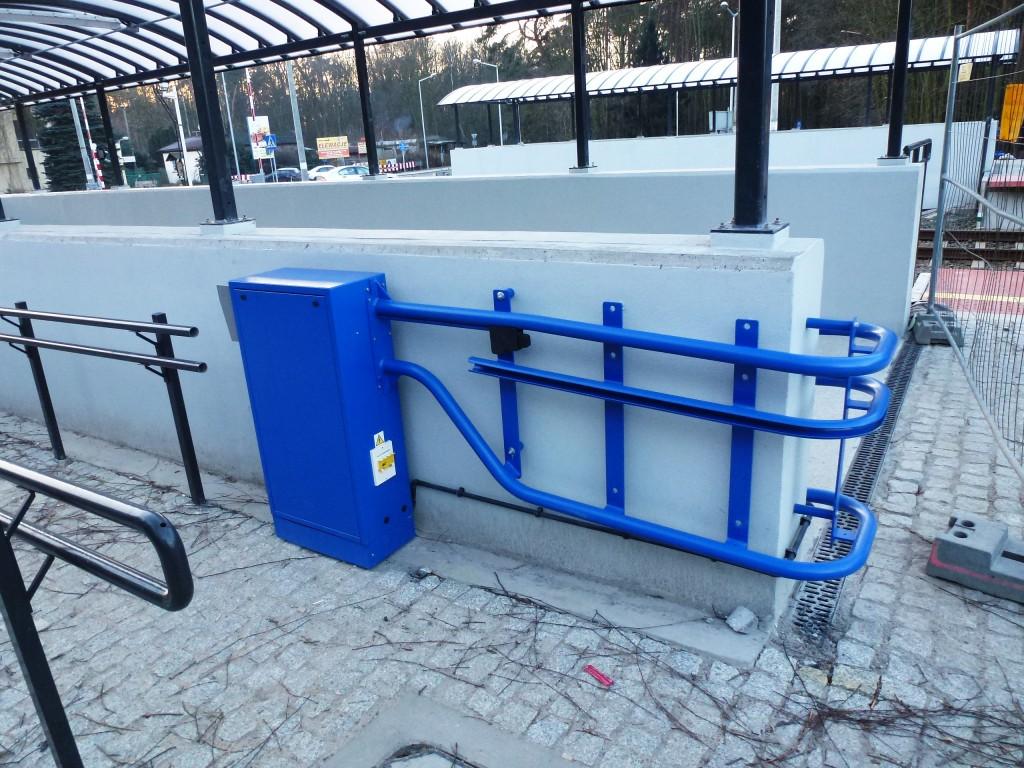 niebieskie urządzenia windy na niepełnosprawnych przy wiatach przejścia podziemnego
