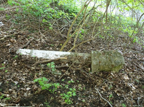 słup od płotu z fundamentem niedaleko bramy zakonu