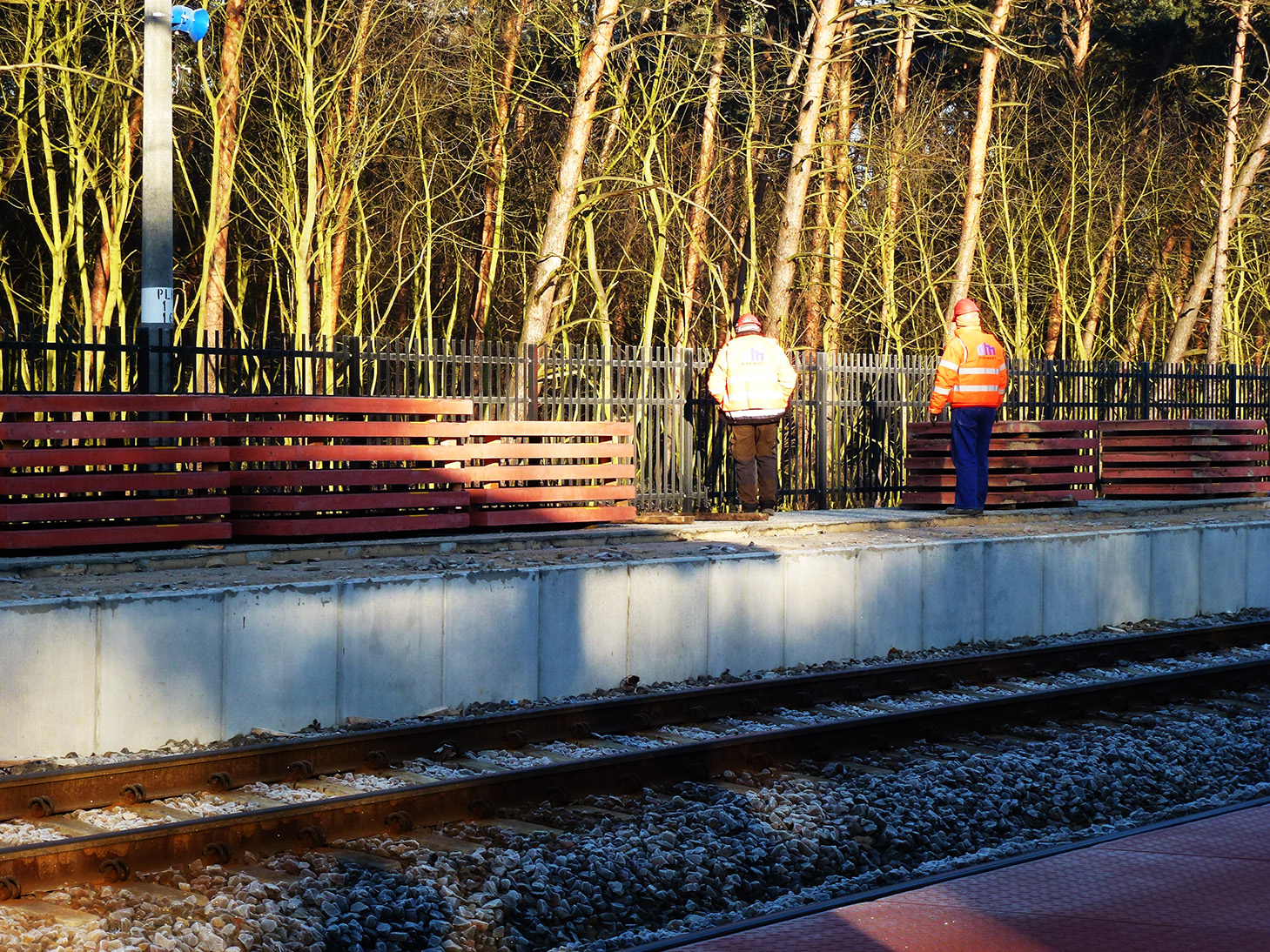 wymiana płyt na peronie dworca w Puszczykowie 13 12 2016